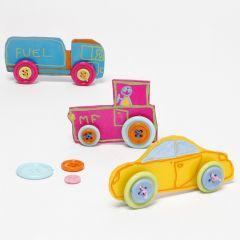 Auto's van krimpfolie met knopen voor de wielen