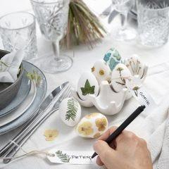 Paaseieren gedecoreerd met gedroogde bloemen