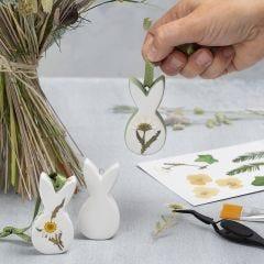 Hangende paasdecoraties van porselein met gedroogde bloemen