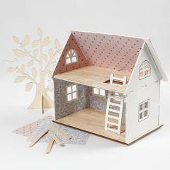 Poppenhuis behangen met design papier en een vloer van ijsstokjes
