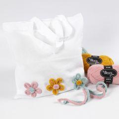 Boodschappentas gedecoreerd met bloemen gemaakt op een breimolen