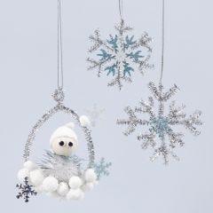 Glanzende hangende decoraties met een kabouter en sneeuwvlokken