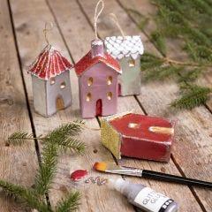 Kersthuisjes om op te hangen versierd met metallic verf en glitter
