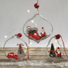Hangende kerstdecoraties met miniatuurfiguren in uitstekers