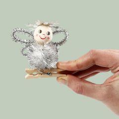 Engel van pompon en chenille op een houten wasknijper