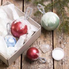 Kerstballen gedecoreerd met Art Metal verf en kunstsneeuw