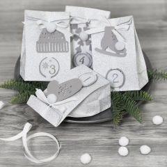 Adventskalender cadeautjes versierd met papieren versieringen en pompons