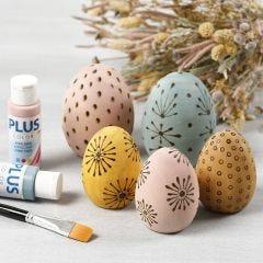 Houten eieren gedecoreerd met een houtbrander