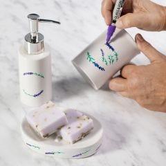 Zeepbakje en zeepdispenser versierd met porseleinstiften