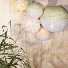 Feestdecoraties van rijstpapier lampen en papieren pompons beschilderd met hobbyverf