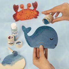 Een walvis en een krab versierd met acrylverf en bio-glitter.