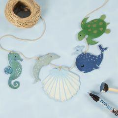 Een slinger met houten zeedieren versierd met hobbyverf