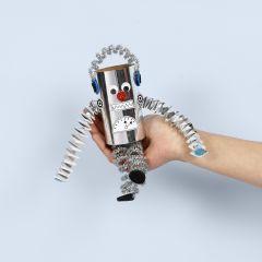 Een robot gemaakt uit een kartonnen koker