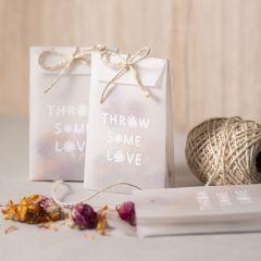 Een vellum papieren zakje met gedroogde bloemen voor confetti