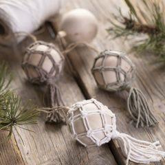 Een macramé kerstbal