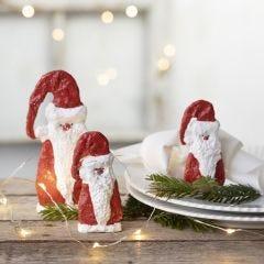 Houten kerstman bedekt met gipsgaas