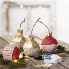 Een houten kerstbal met imitatie bladgoud