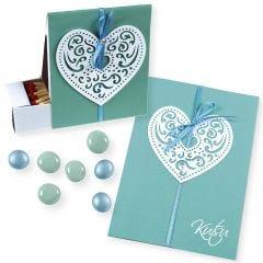 Een uitnodiging en doos met filigraan papieren harten