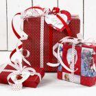 Kerstcadeaus in rood en wit