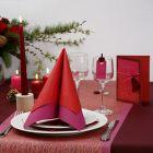 Een rode wenskaart met goudkleurig netstof, een hart en strik