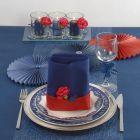 Een blauw gedekte tafel met een spannend tintje