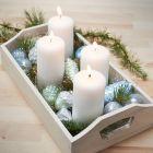 Dienblad met vier kaarsen en glitter kerstballen van glas en terracotta