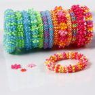 Regenboog armbanden van platte plastic kralen