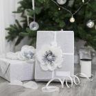 Cadeau gedecoreerd met bloem van tissuepapier