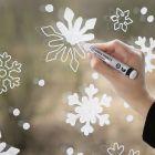 Sneeuwvlok raamdecoratie met krijtstiften