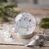 Een sneeuwbol met een tekening en glitter