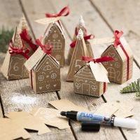 Een adventskalender van 24 kleine huisjes en bomen van papier-maché