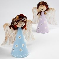 Engelen op kegels van papier-maché
