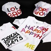 Caps en t-shirts met letter opdruk