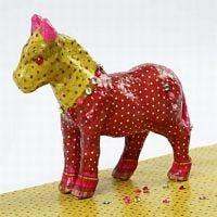 Papier-maché paard met decoupage