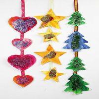 Hangende kerstdecoraties voor het raam