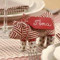 Kerstvarken van papier-maché met decoupage