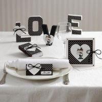 Kaarten en tafeldecoratie met harten en een bruidspaar
