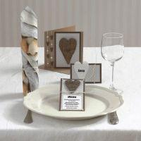 Uitnodiging met hart van bast en zelfklevende halve parels
