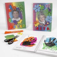 Een notitieboekje met regenboogpapier