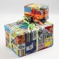 Cadeaus verpakt in graffiti cadeaupapier