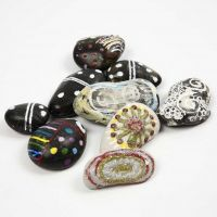 Decoratieve stenen met kleurrijke, lichtgevende patronen
