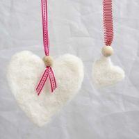 Vilten harten met decoratief lint