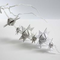 Een slinger van piramide-vormige geweven sterren