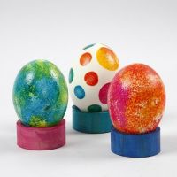Gedecoreerde echte eieren op servetringen