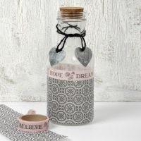 Een gedecoreerde glazen fles met Paris Design papier