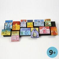 Een collage van canvas huizen op een stuk hout