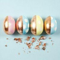 Eieren in pastelkleuren met stippen