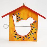 Een geverfd vogel voederhuisje met speels patroon
