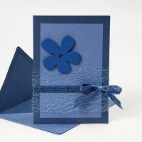 Een blauwe wenskaart met Happy Moments decoraties