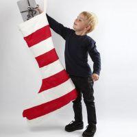 Een giga kerstsok met rood en witte strepen